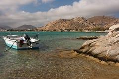 Barca in porto roccioso Fotografia Stock