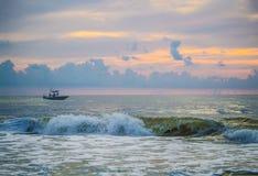 Barca privata di pesca sportiva appena fuori dalla costa di Florida ad alba fotografie stock