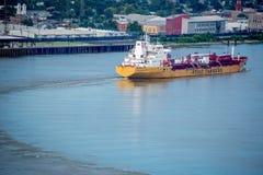 Barca que aproxima a costa em Nova Orleães Imagem de Stock