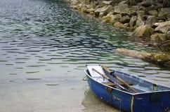 Barca a remi blu Immagini Stock Libere da Diritti