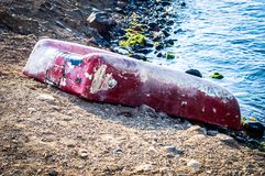 Barca a remi capovolta sulla spiaggia di Marmara - Turchia fotografia stock libera da diritti