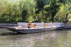 Barca a remi della foresta della baldoria pronta ad andare immagine stock libera da diritti