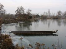 Barca a remi su un lago durante l'inverno Immagine Stock Libera da Diritti