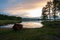 Barca a remi vicino al lago Fotografia Stock