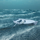 Barca a remi vuota a galla sul mare binario Immagine Stock