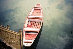 Barca rossa e bianca sul lago. fotografie stock