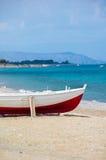 Barca rossa e bianca sulla riva Immagini Stock Libere da Diritti