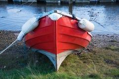 Barca rossa tirata al porto di Whitby Fotografia Stock Libera da Diritti
