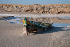 Barca rotta nel deserto Fotografie Stock