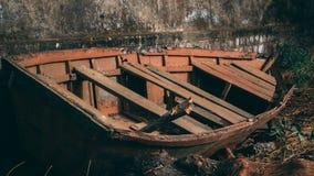 Barca rotta su un bordo della strada fotografia stock