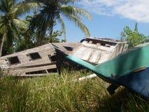 Barca rotta su un'isola persa immagine stock