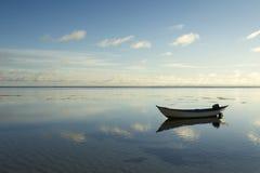 Barca semplice che galleggia in acqua calma Fotografia Stock