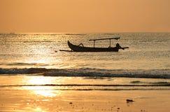 Barca sola all'oceano fotografie stock