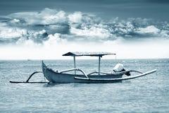 Barca sola all'oceano fotografia stock