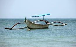 Barca sola all'oceano immagine stock libera da diritti