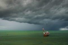 Barca sola con la nuvola di pioggia Fotografia Stock