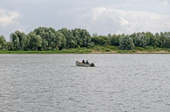 Barca sola in mezzo al fiume Fotografia Stock
