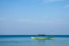 Barca sola nel mare Fotografia Stock Libera da Diritti