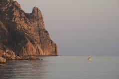 Barca sola nel mare calmo Fotografia Stock Libera da Diritti