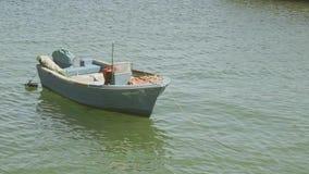 Barca sola nel pilastro del porto di Lagos video d archivio