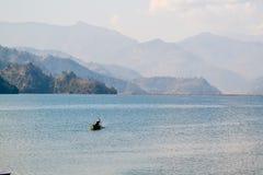 Barca sola su un lago nel Nepal Fotografia Stock