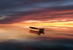 Barca sola sul lago Immagine Stock