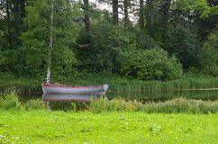 Barca sola sul lago Immagini Stock