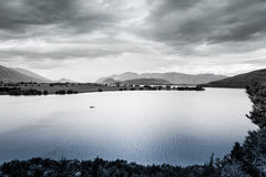 Barca sola sul lago Wanaka, Otago, isola del sud, Nuova Zelanda Fotografie Stock Libere da Diritti