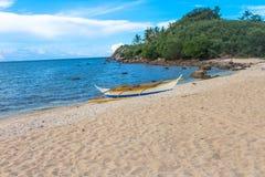 Barca sola sulla spiaggia Fotografie Stock