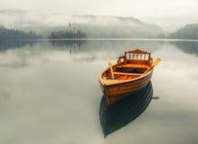 Barca sola sulla superficie dell'acqua del lago Bled, Slovenia Fotografia Stock