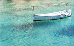 Barca som svävar i genomskinligt vatten Royaltyfria Bilder