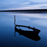 Barca sommersa, laguna del parco, Regno Unito immagine stock
