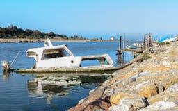 Barca sommersa a metà nel porto Fotografia Stock Libera da Diritti