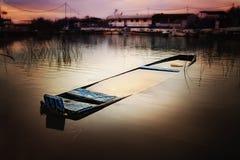 Barca sommersa nel fiume Fotografia Stock