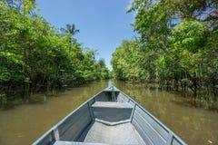 Barca sopra il canale in Rio Negro, il Rio delle Amazzoni, Brasile fotografie stock