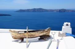 Barca sopra il tetto della casa in Fira Santorini, Grecia Fotografie Stock