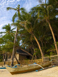 Barca sotto i palmtrees Fotografie Stock