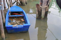 Barca sotto il ponte di legno in acqua Immagine Stock Libera da Diritti