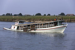 Barca sovraccaricata - fiume di Irrawaddy - Myanmar fotografie stock