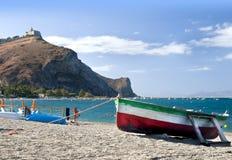 Barca, spiaggia e promontory Fotografia Stock Libera da Diritti