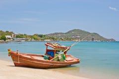 Barca in spiaggia tailandese fotografie stock