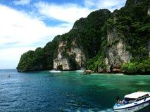 Barca su acqua tropicale, isola di Krabi, Tailandia Fotografia Stock
