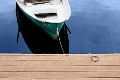 Barca su acqua vicino al pilastro fotografie stock