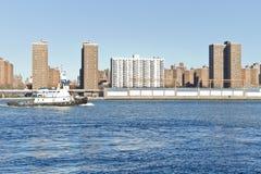 Barca su East River a New York Fotografia Stock Libera da Diritti