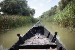 Barca su un fiume Immagini Stock
