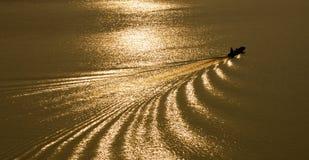 Barca su un fiume dorato Immagine Stock