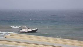Barca su un guinzaglio in mar Egeo tempestoso video d archivio