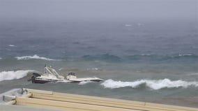 Barca su un guinzaglio in mar Egeo tempestoso archivi video