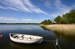 Barca su un lago Immagini Stock