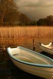 Barca su un lago immagini stock libere da diritti